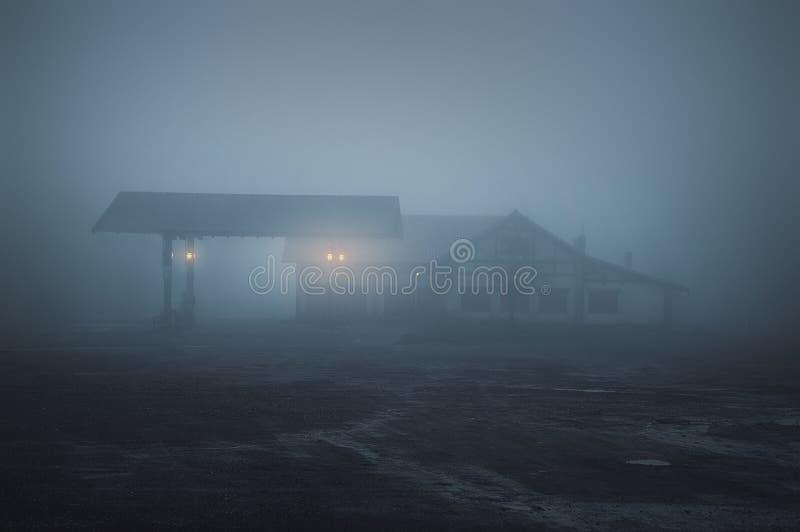 Τρομακτικό παλαιό βενζινάδικο τη νύχτα στοκ εικόνες