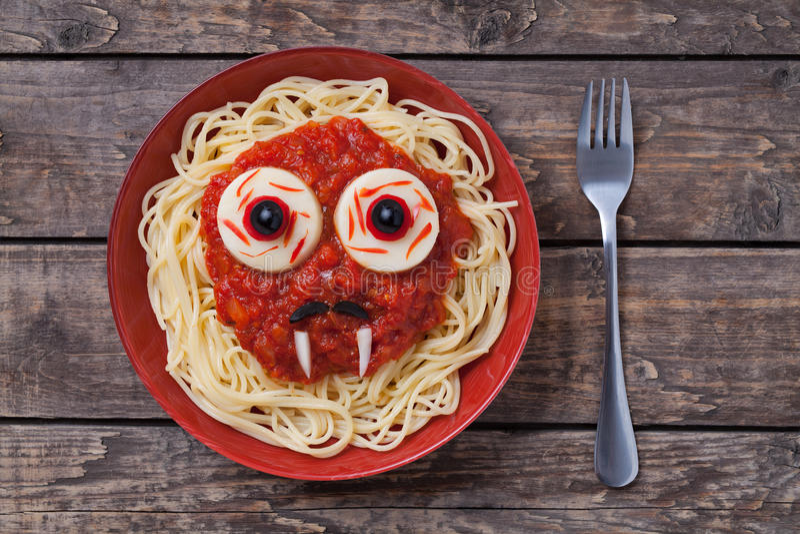 Τρομακτικό πρόσωπο βαμπίρ τροφίμων ζυμαρικών αποκριών με μεγάλο στοκ εικόνες με δικαίωμα ελεύθερης χρήσης