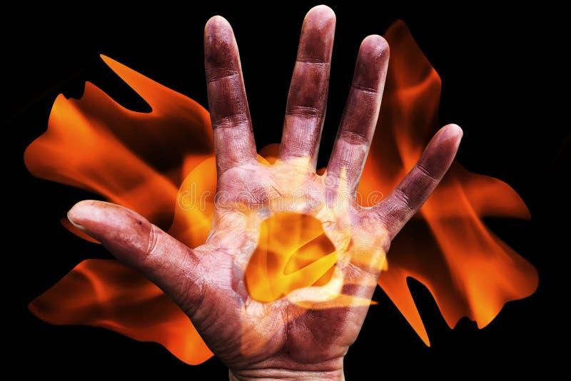Τρομακτικό χέρι με τη φλόγα στοκ εικόνα με δικαίωμα ελεύθερης χρήσης
