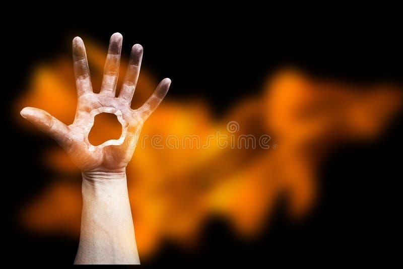Τρομακτικό χέρι με τη φλόγα στοκ φωτογραφία με δικαίωμα ελεύθερης χρήσης