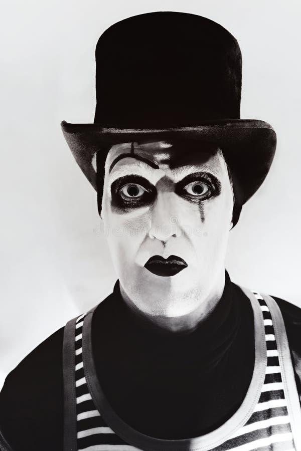 Τρομακτικό mime που φορά ένα ψηλό καπέλο στοκ φωτογραφία