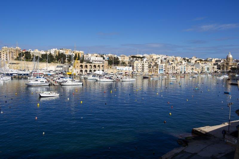 Τρομερή άποψη του κολπίσκου Kalkara με το ναυπηγείο βαρκών όπως βλέπει από Birgu, Μάλτα στοκ εικόνα με δικαίωμα ελεύθερης χρήσης