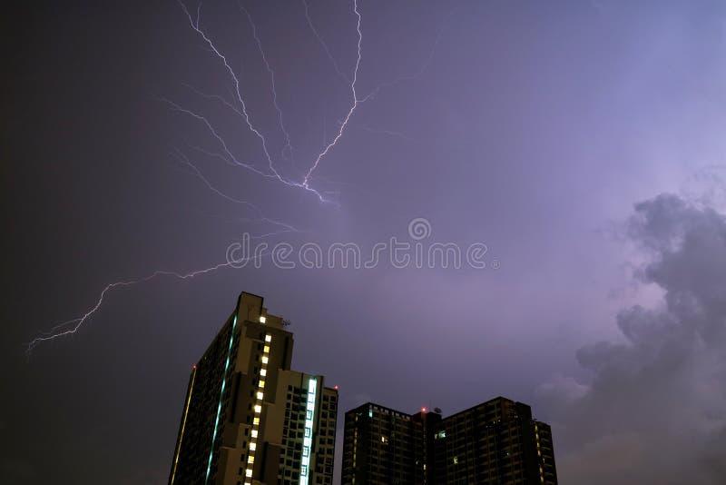 Τρομερή άποψη του πραγματικού χτυπήματος αστραπής στο νυχτερινό ουρανό πέρα από το υψηλό κτήριο στοκ φωτογραφία με δικαίωμα ελεύθερης χρήσης