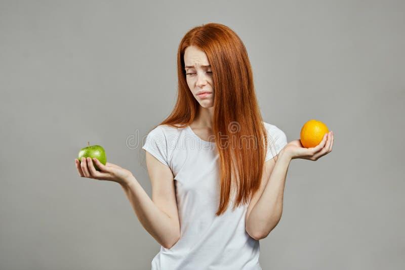 Τρομερή γυναίκα πιπεροριζών στην άσπρη μπλούζα με τα φρούτα στοκ εικόνα με δικαίωμα ελεύθερης χρήσης