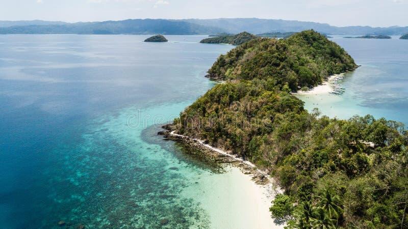 Τρομερή εναέρια άποψη των απομονωμένων νησιών στις Φιλιππίνες Hopping νησιών γύρος στο λιμένα Barton, Palawan στοκ φωτογραφία