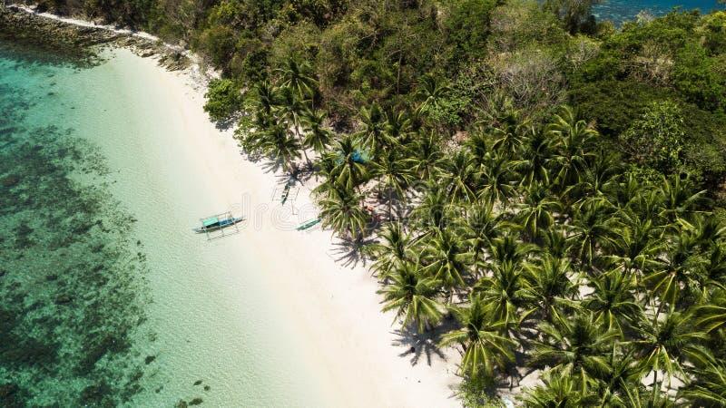 Τρομερή εναέρια άποψη των απομονωμένων νησιών στις Φιλιππίνες Hopping νησιών γύρος στο λιμένα Barton, Palawan στοκ εικόνα με δικαίωμα ελεύθερης χρήσης