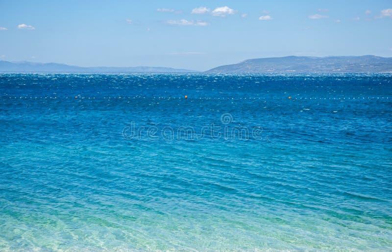 Τρομερό βαθύ μπλε θαλάσσιο νερό που λάμπει στον ήλιο στοκ εικόνες