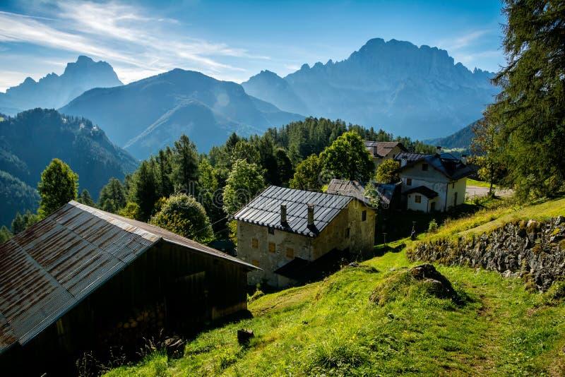 Τρομερό ηλιόλουστο τοπίο στις Άλπεις δολομιτών r Ομορφιά του κόσμου βουνών o Νότιο Τύρολο, Ιταλία, στοκ εικόνες με δικαίωμα ελεύθερης χρήσης