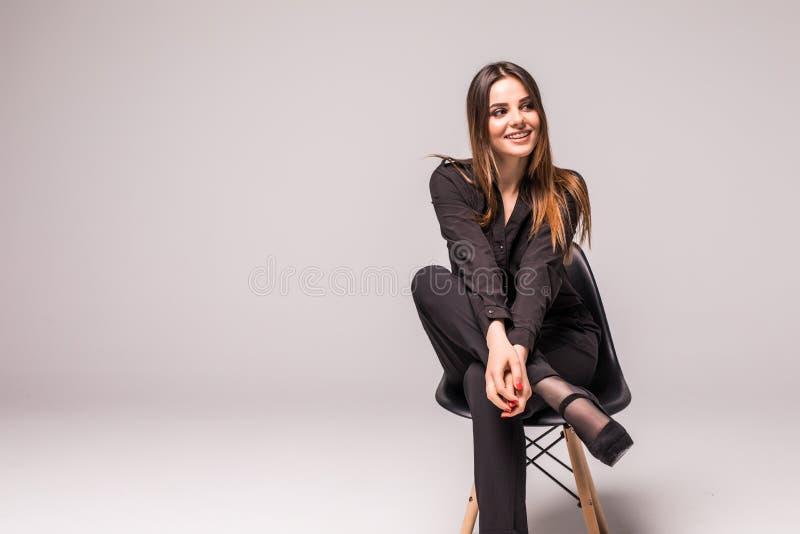 Τρομερό καυκάσιο ελκυστικό ντροπαλό προκλητικό θηλυκό πρότυπο με την τοποθέτηση τρίχας brunette στον πίνακα στο στούντιο, φθορά τ στοκ φωτογραφία με δικαίωμα ελεύθερης χρήσης