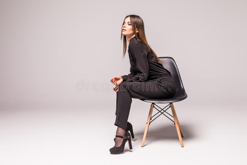Τρομερό καυκάσιο ελκυστικό ντροπαλό προκλητικό θηλυκό πρότυπο με την τοποθέτηση τρίχας brunette στον πίνακα στο στούντιο, φθορά τ στοκ φωτογραφίες με δικαίωμα ελεύθερης χρήσης