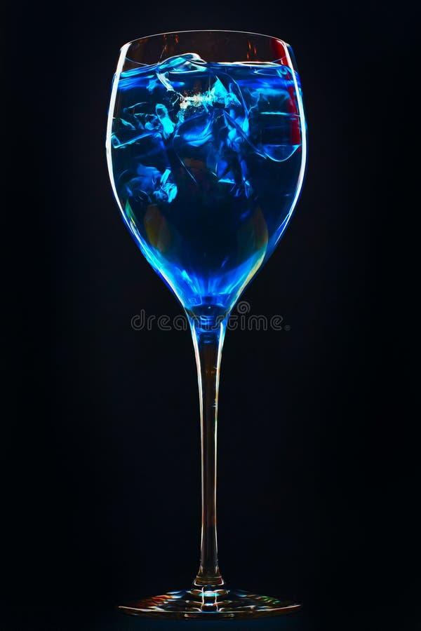 Τρομερό μπλε κοκτέιλ με τους κύβους πάγου στο σκοτεινό υπόβαθρο στοκ εικόνες με δικαίωμα ελεύθερης χρήσης