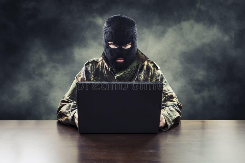 Τρομοκράτης Cyber στη στρατιωτική στολή στοκ εικόνα