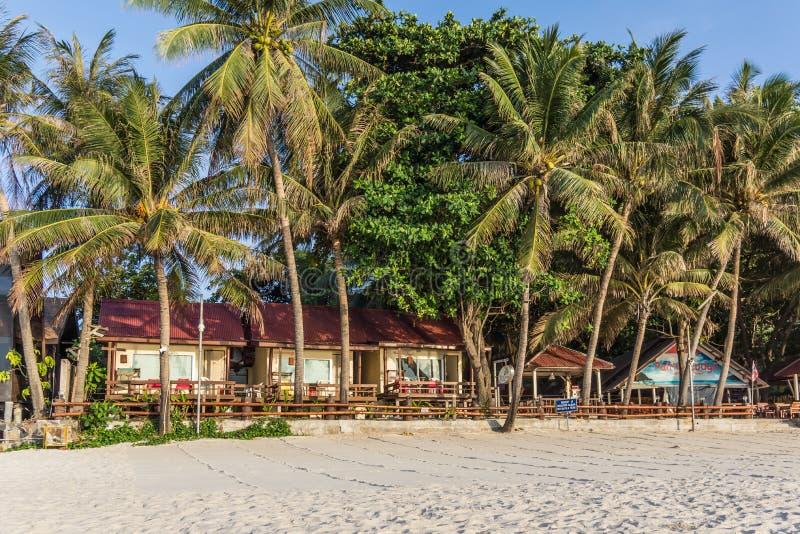 Τροπικά μπανγκαλόου beachfront με τους φοίνικες στοκ φωτογραφία με δικαίωμα ελεύθερης χρήσης