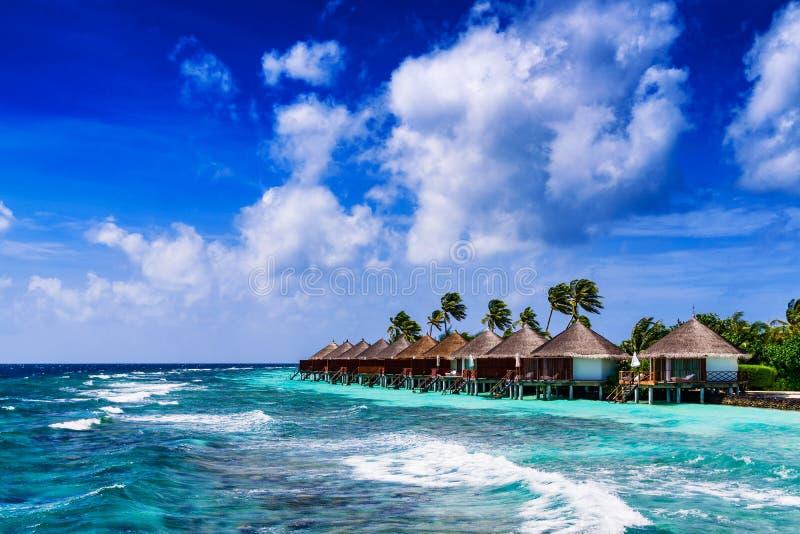 Τροπικά παραλία και μπανγκαλόου Overwater στοκ εικόνες με δικαίωμα ελεύθερης χρήσης