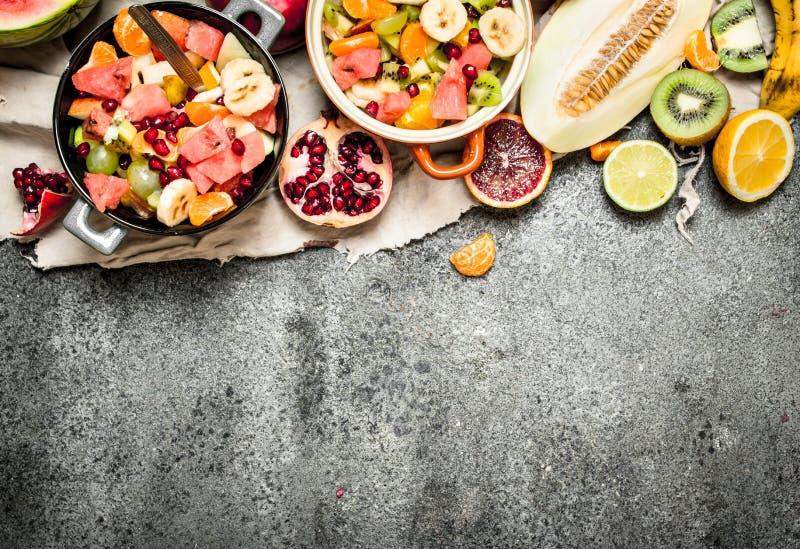 Τροπικά τρόφιμα Φρέσκια τροπική σαλάτα φρούτων στα κύπελλα στοκ εικόνες με δικαίωμα ελεύθερης χρήσης