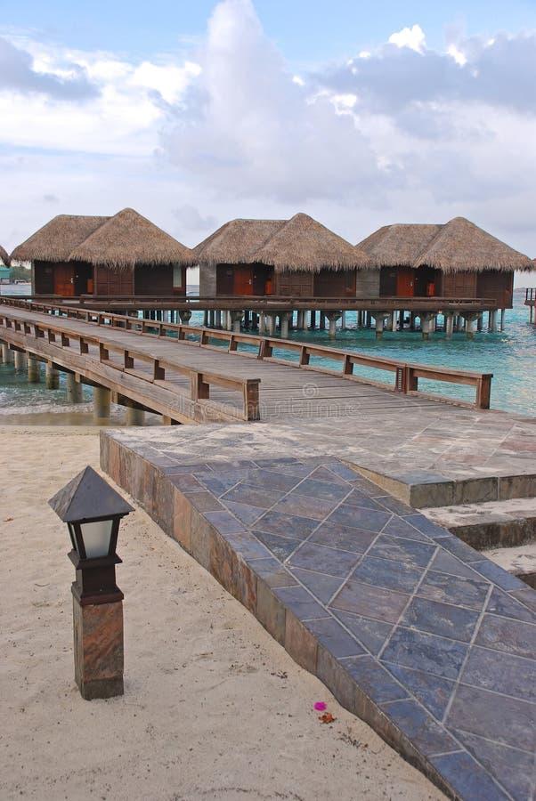 Τροπικές διακοπές νησιών στο παραδοσιακό ξύλινο μπανγκαλόου Overwater με την υψηλή δυνατότητα πρόσβασης στοκ εικόνα με δικαίωμα ελεύθερης χρήσης