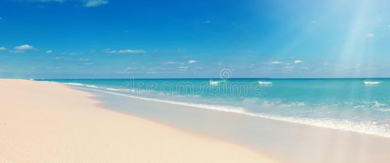 Τροπικές παραλία και ηλιοφάνεια στοκ φωτογραφίες