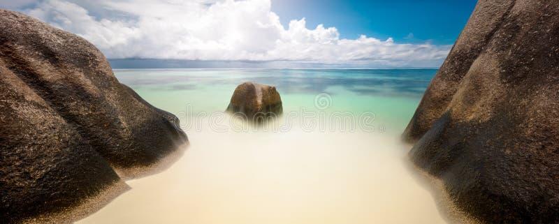 Τροπικές παραλία και θάλασσα κάτω από τις κενές πέτρες πανοράματος σκηνής εμβλημάτων Ιστού υποβάθρου θάλασσας και παραλιών ήλιων  στοκ εικόνες με δικαίωμα ελεύθερης χρήσης