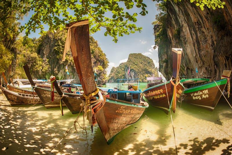 Τροπική έννοια παραλιών τουρισμού διακοπών διακοπών Μακριά βάρκα ουρών στην εξωτική παραλία στοκ φωτογραφίες με δικαίωμα ελεύθερης χρήσης