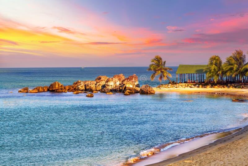 Τροπική θάλασσα τοπίων ανατολής στοκ εικόνες με δικαίωμα ελεύθερης χρήσης