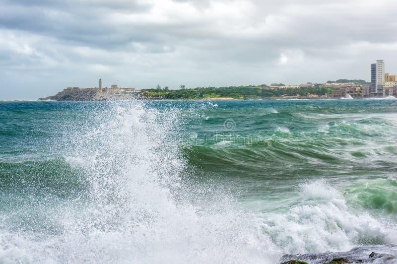 Τροπική θύελλα με τα μεγάλα κύματα στην Αβάνα στοκ εικόνες