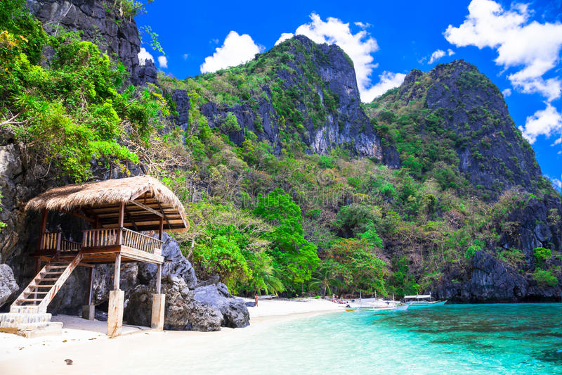 Τροπική μοναξιά - άσπρες αμμώδεις παραλίες των Φιλιππινών, EL Nido στοκ φωτογραφία με δικαίωμα ελεύθερης χρήσης