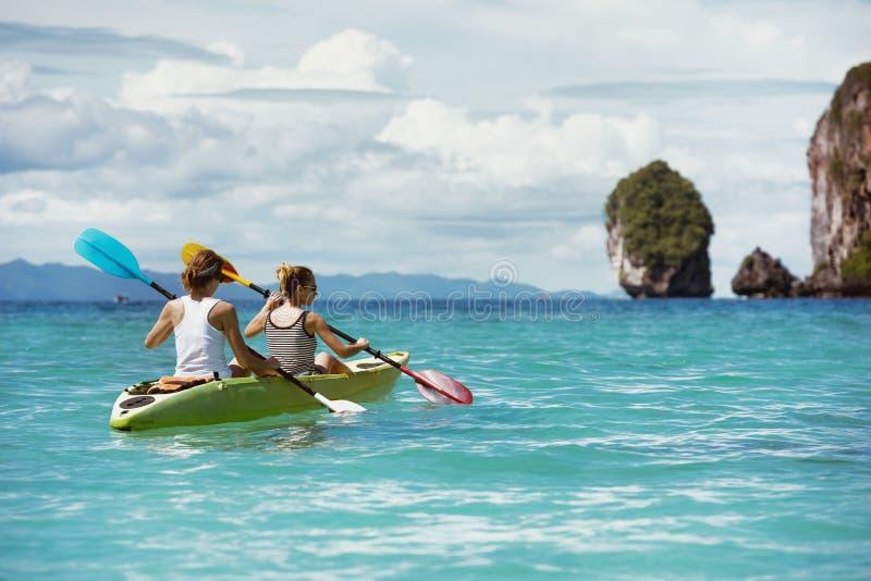 Τροπική παραλία έννοιας καγιάκ Kayaking στοκ φωτογραφίες