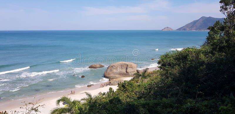 Τροπική παραλία γυμνιστών στο Ρίο ντε Τζανέιρο στοκ εικόνες