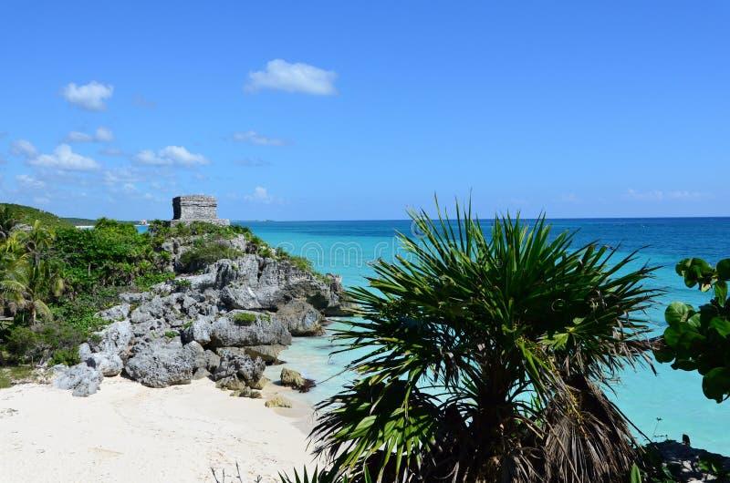 Τροπική παραλία και τυρκουάζ νερό στοκ φωτογραφία με δικαίωμα ελεύθερης χρήσης