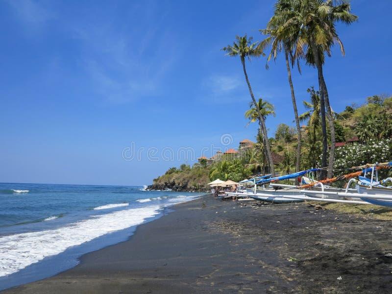 Τροπική παραλία με τα αλιευτικά σκάφη και τους φοίνικες σε Baki στοκ εικόνες με δικαίωμα ελεύθερης χρήσης
