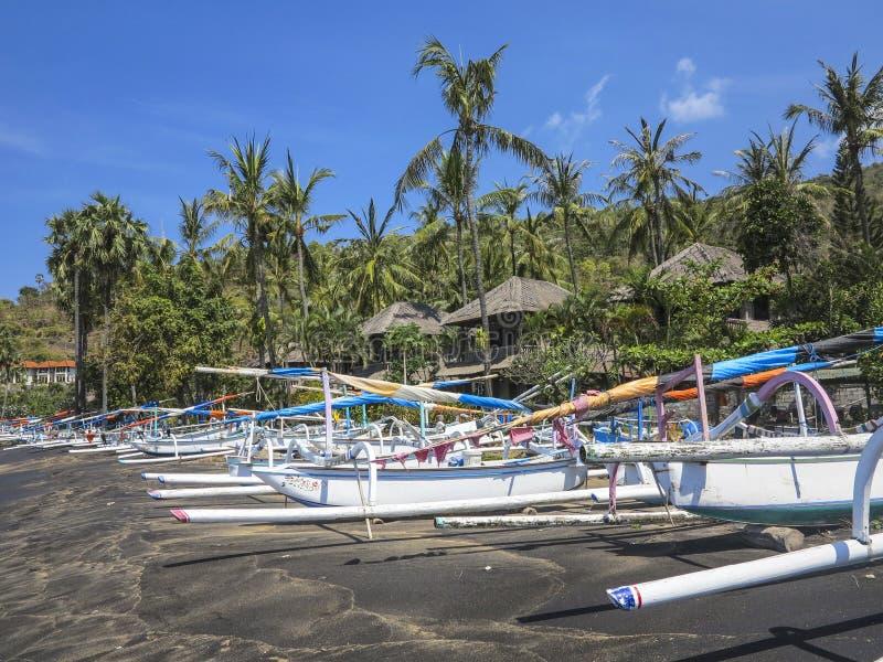 Τροπική παραλία με τα αλιευτικά σκάφη και τους φοίνικες σε Baki στοκ φωτογραφία με δικαίωμα ελεύθερης χρήσης