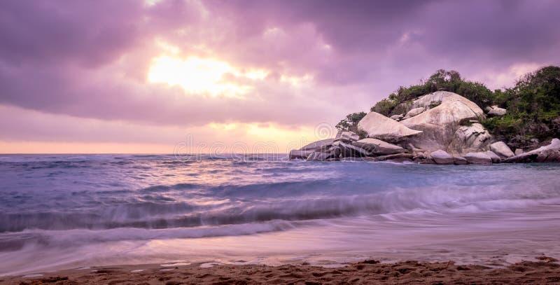 Τροπική παραλία στην ανατολή - φυσικό εθνικό πάρκο Tayrona, Κολομβία στοκ φωτογραφίες με δικαίωμα ελεύθερης χρήσης