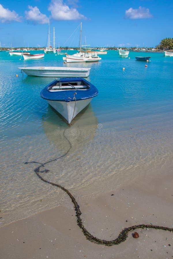 Τροπική σκηνή παραλιών νησιών για μια ρομαντική φυγή στοκ φωτογραφίες με δικαίωμα ελεύθερης χρήσης