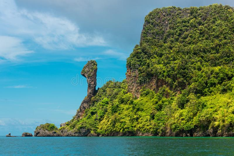 Τροπική seascape διάσημη θέση του απότομου βράχου βουνών βράχου στο νησί κοτόπουλου, κόλπος AO Phra Nang, Θάλασσα Ανταμάν, επαρχί στοκ φωτογραφίες