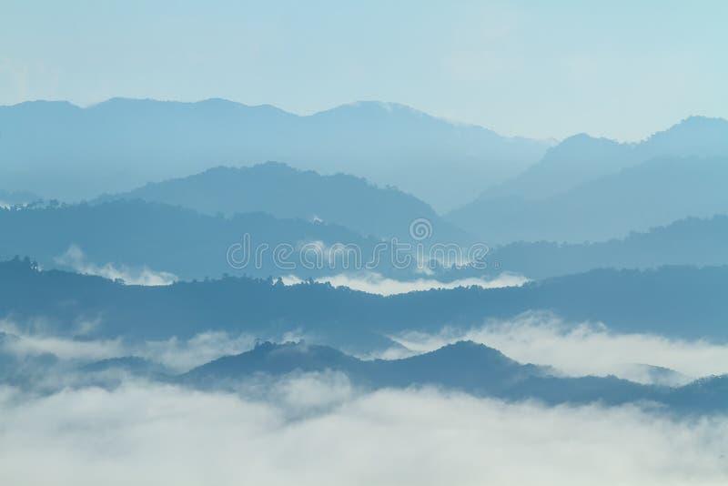 Τροπικό δάσος στο τοπίο κοιλάδων βουνών πρωινού πέρα από την υδρονέφωση, στην άποψη Khao Kai Nui, Phang Nga, Ταϊλάνδη στοκ εικόνες με δικαίωμα ελεύθερης χρήσης