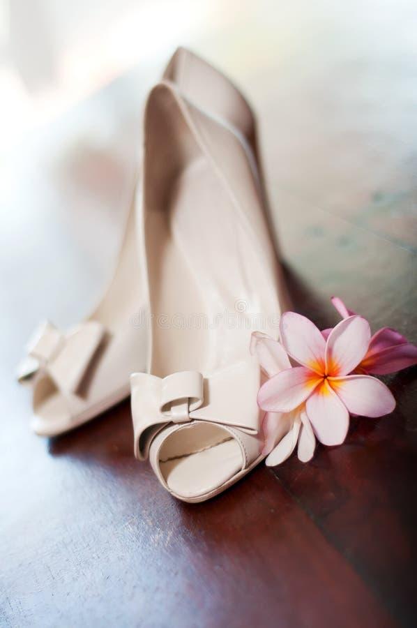 τροπικό γαμήλιο λευκό παπουτσιών λουλουδιών στοκ εικόνες