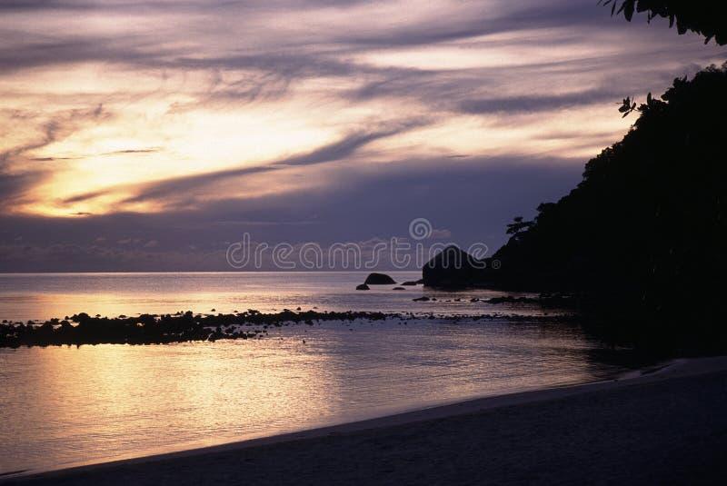 Τροπικό ηλιοβασίλεμα στην παραλία κόλπων κρυστάλλου στη Ανατολική Ακτή του νησιού Samui, Ταϊλάνδη στοκ εικόνες με δικαίωμα ελεύθερης χρήσης