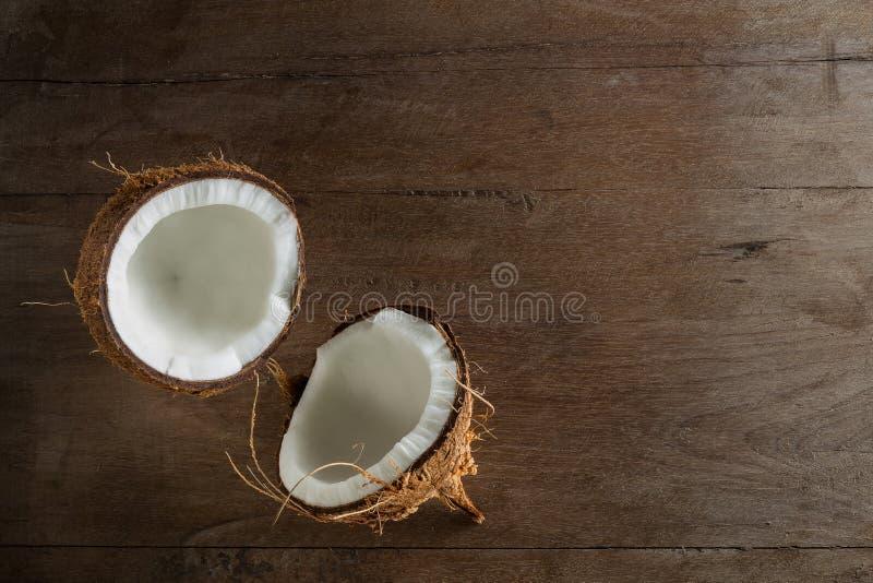 Τροπικό μισό αφηρημένο υπόβαθρο φρούτων Καρύδα στο ξύλινο backgro στοκ φωτογραφία