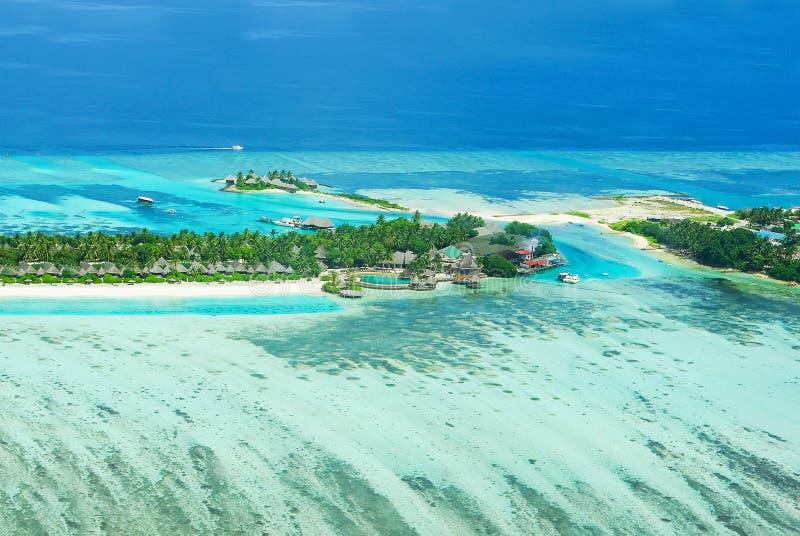 Τροπικό νησί σε Bora Bora με τις βίλες νερού και την κοραλλιογενή ύφαλο στοκ εικόνες