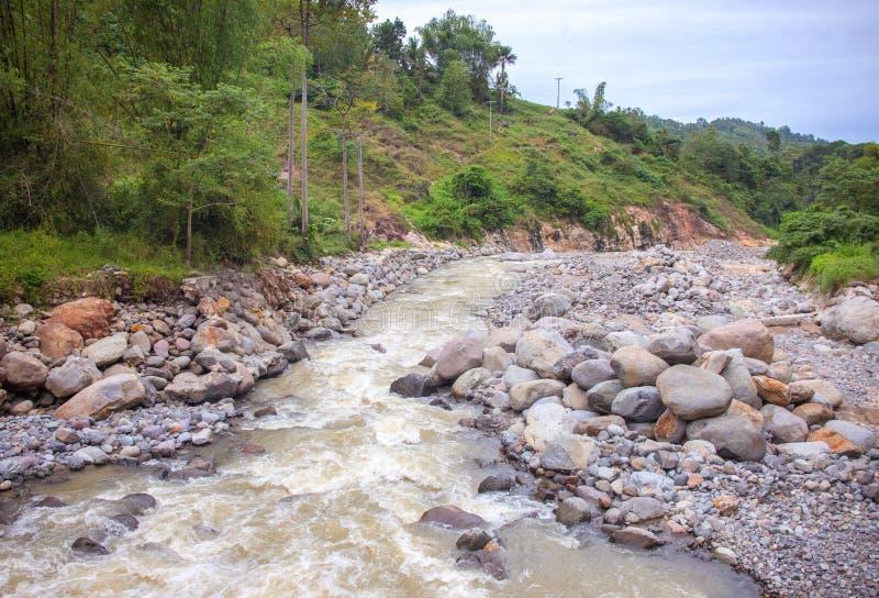 Τροπικό πανόραμα ποταμών τοπίο τροπικό Φρέσκος ποταμός στην κοίτη ποταμού πετρών στοκ φωτογραφία