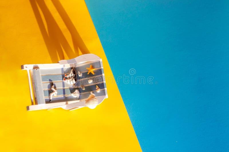 Τροπικό υπόβαθρο διακοπών Αργόσχολος ήλιων στο αμμώδες νησί, διάστημα αντιγράφων, στοκ εικόνες