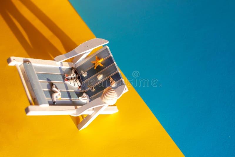 Τροπικό υπόβαθρο διακοπών Αργόσχολος ήλιων στο αμμώδες νησί, στοκ εικόνες