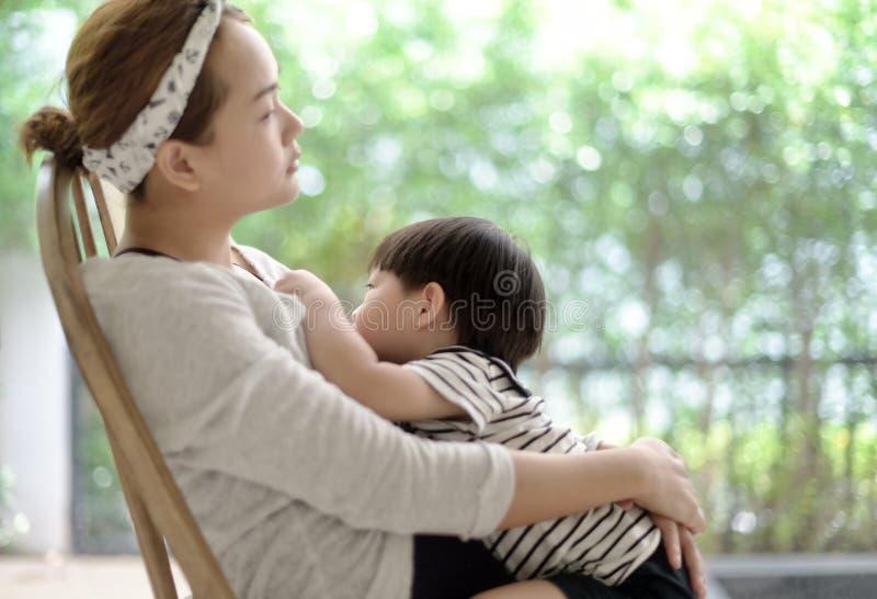 Τροφές μικρών παιδιών με το γάλα στηθών μητέρων ` s στοκ εικόνες