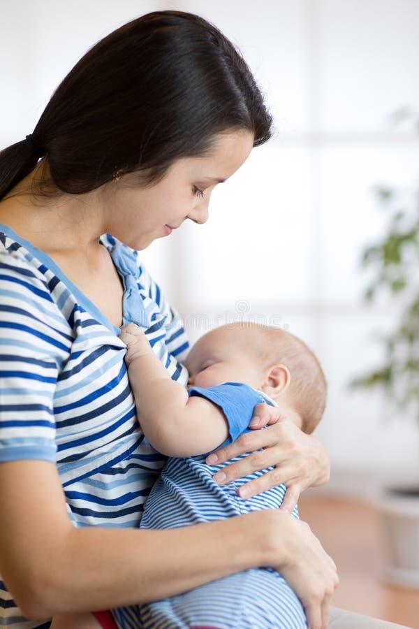 Τροφές μωρών με το γάλα στηθών μητέρων ` s στοκ φωτογραφίες με δικαίωμα ελεύθερης χρήσης