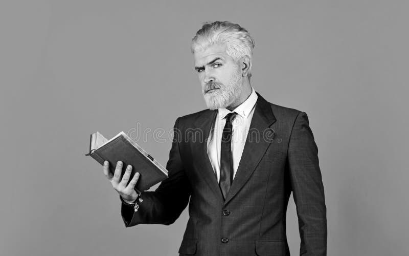 Τροφοδοτήστε το μυαλό του σοβαρού επιχειρηματία που κρατά το σημειωματάριο ώριμος άνδρας βαμμένος μούσι και μαλλιά βιβλίο ανάγνωσ στοκ εικόνα με δικαίωμα ελεύθερης χρήσης