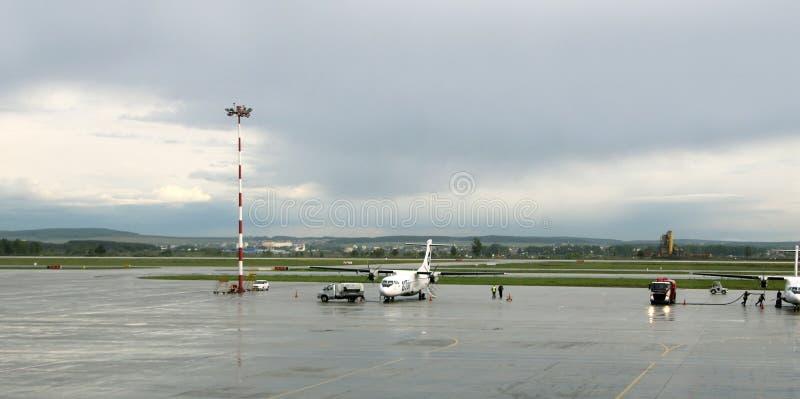 Τροφοδότηση με καύσιμα και συντήρηση συντήρησης γραμμών των αεροπλάνων στο διεθνή αερολιμένα Koltsovo στοκ φωτογραφία