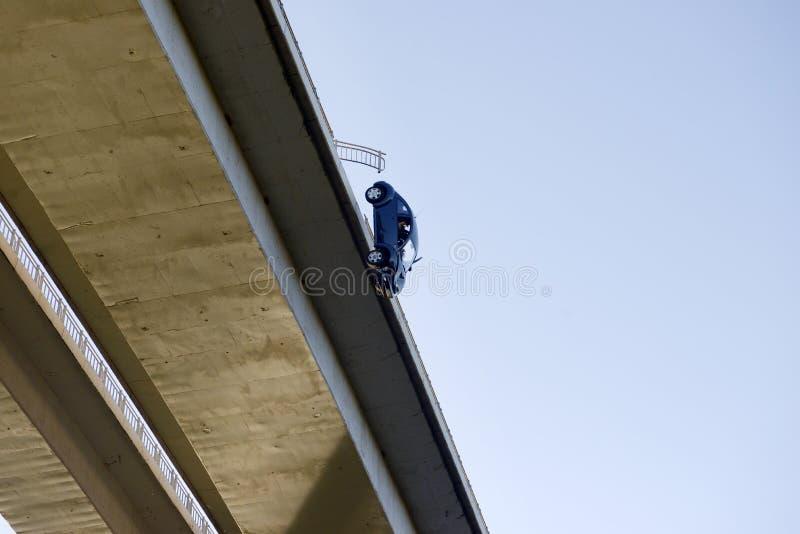 Τροχαίο ατύχημα, που μειώνεται από τη γέφυρα, μυθιστοριογραφία, πραγματικότητα στοκ εικόνες