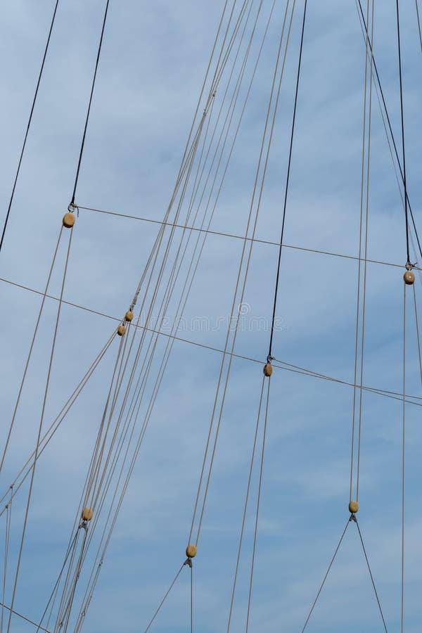 Τροχαλίες και σχοινιά στο πλέοντας σκάφος στοκ φωτογραφία με δικαίωμα ελεύθερης χρήσης