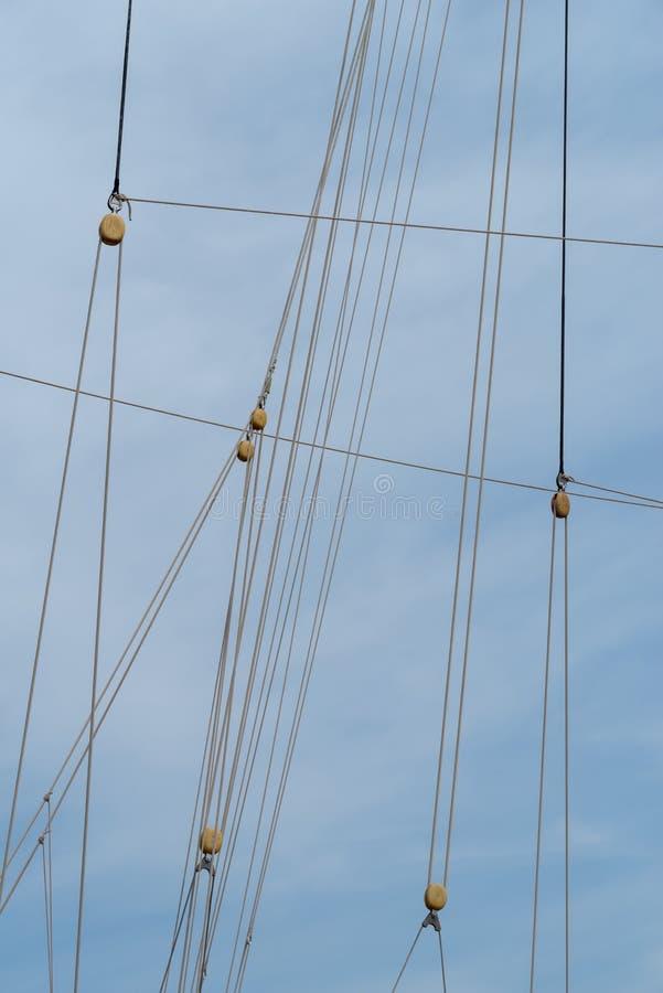 Τροχαλίες και σχοινιά στο πλέοντας σκάφος στοκ εικόνες