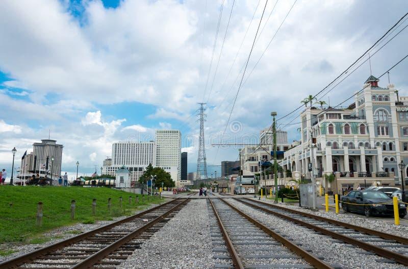 Τροχιοδρομική γραμμή στην παλαιά ιστορική γαλλική συνοικία της Νέας Ορλεάνης, ΗΠΑ στοκ εικόνες με δικαίωμα ελεύθερης χρήσης